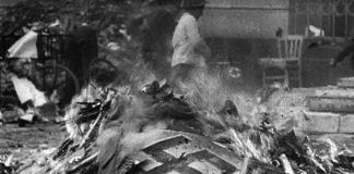 Bandaríkjamenn brenna nasistavarning árið 1945 í Köln. Mynd úr kvikmyndasafni.